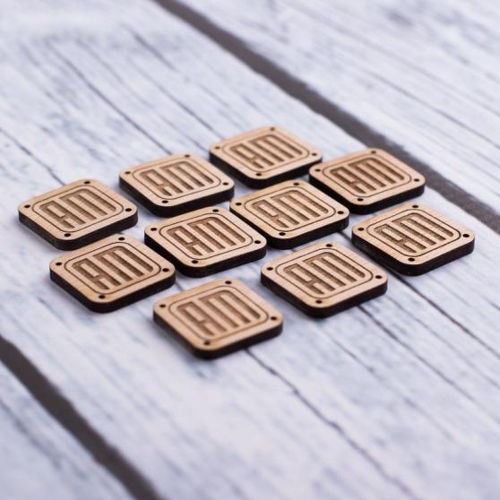 Drewniane grawerowane naszywki do odzieży z logo